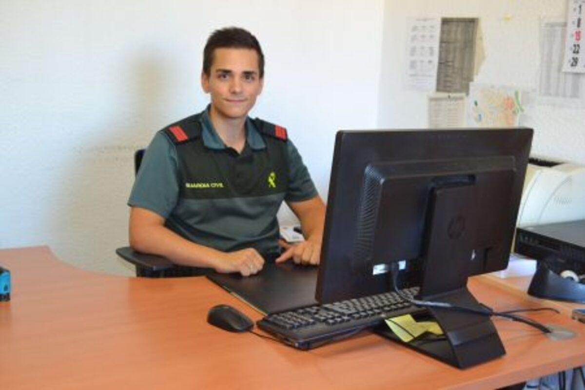 José Manuel Galbarro, cabo de la Guardia Civil de Caspe en su despacho