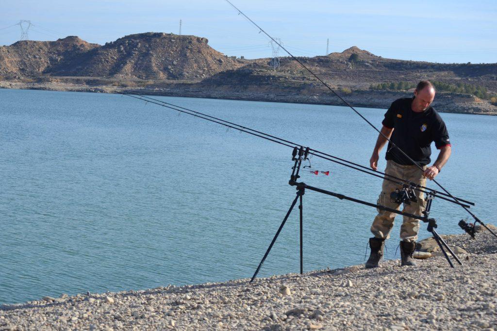 Un pescador en el embalse Mar de Aragón