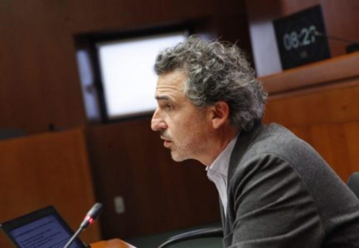 Francisco Javier Falo, en las Cortes, explicando la incidencia del mosquito tigre en Aragon