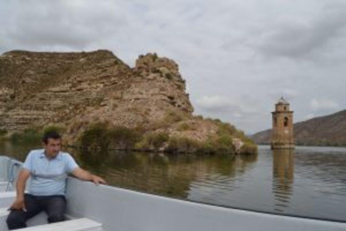 Cabistany, en una de las rutas de prueba por el embalse y ante la emblemática torre del antiguo pueblo de Fayón.