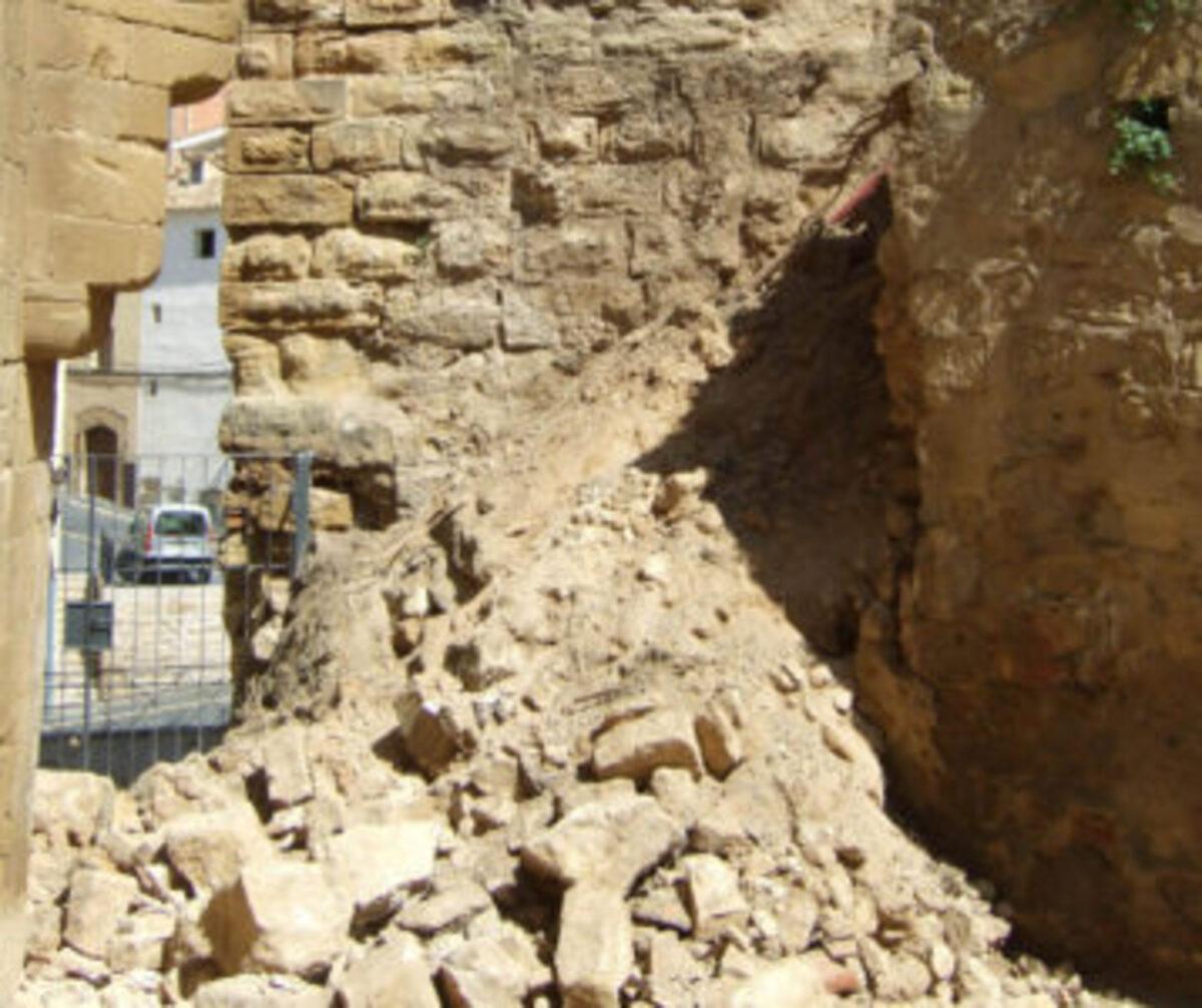 El derrumbe de este muro se produjo en primavera del 2014, desde entonces el patio de armas está cerrado al público.