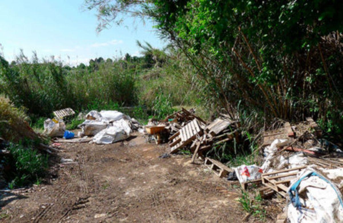 La zona se ha convertido en una escombrera y un pozo de aguas fecales ante la preocupación de los vecinos. l