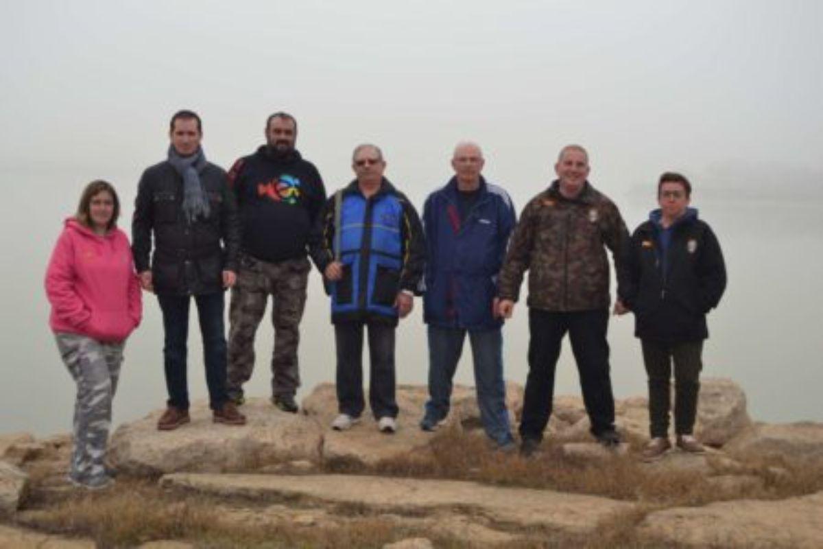 Representantes de todos los clubes de pesca de Caspe en el embalse de Mequinenza.