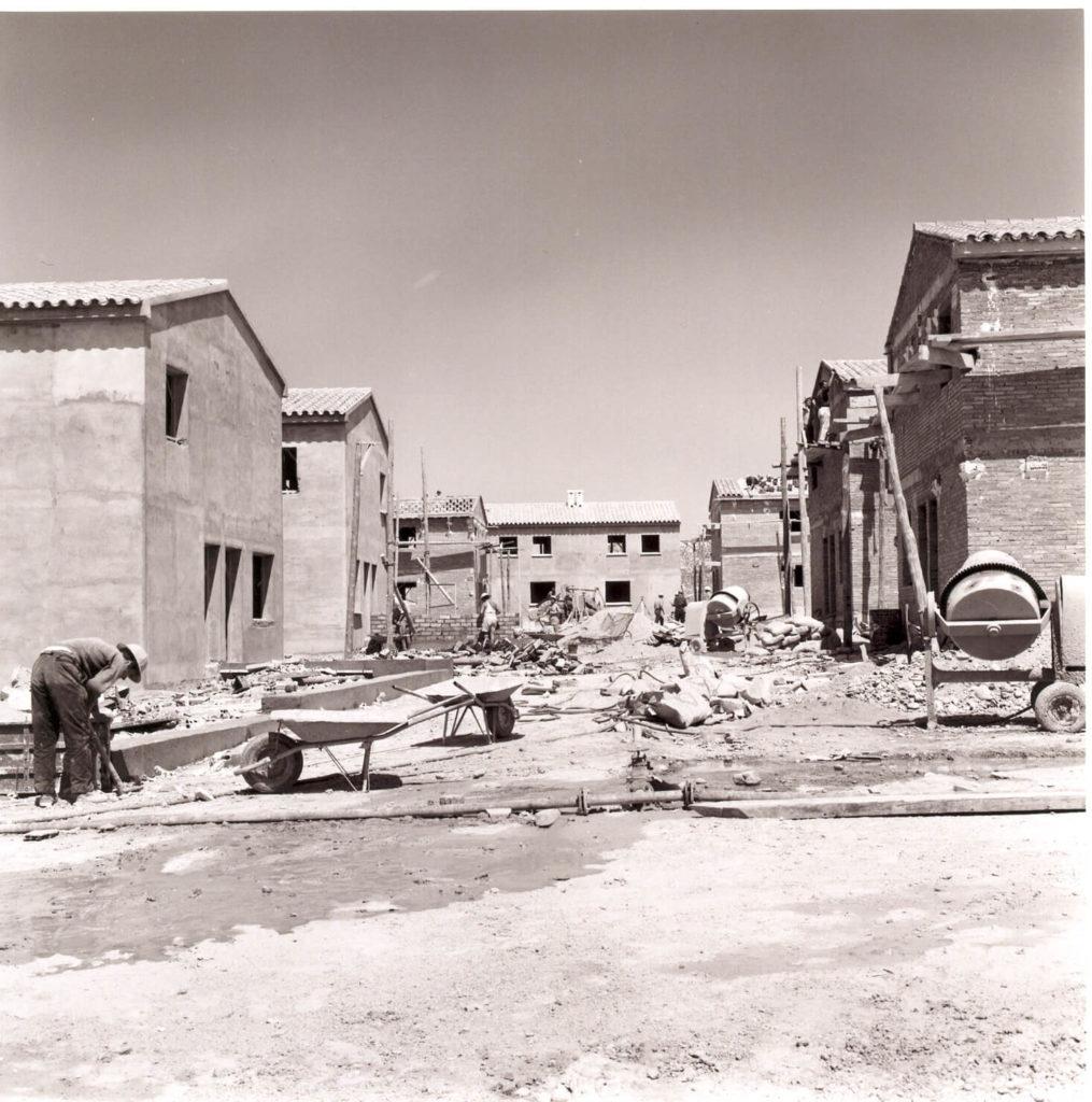 Imagen de la construcción del nuevo pueblo.