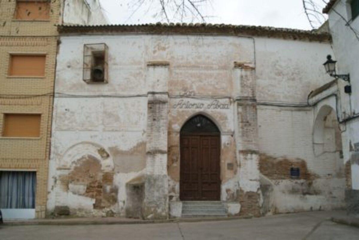 La casa del Rabí se aprecia junto a la entrada principal cegada con yeso y ladrillos