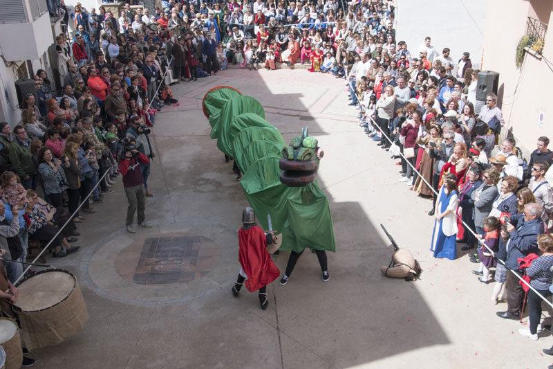El Vencimiento del Dragón llenará la plaza de Ariño de público. En la imagen, foto de archivo de la festividad de San Jorge de 2017.