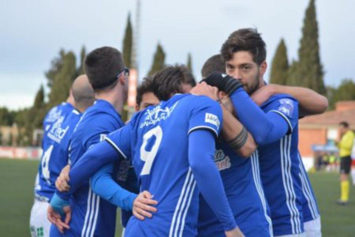 Algunos de los jugadores veteranos del Caspe celebrando un gol la pasada temporada.