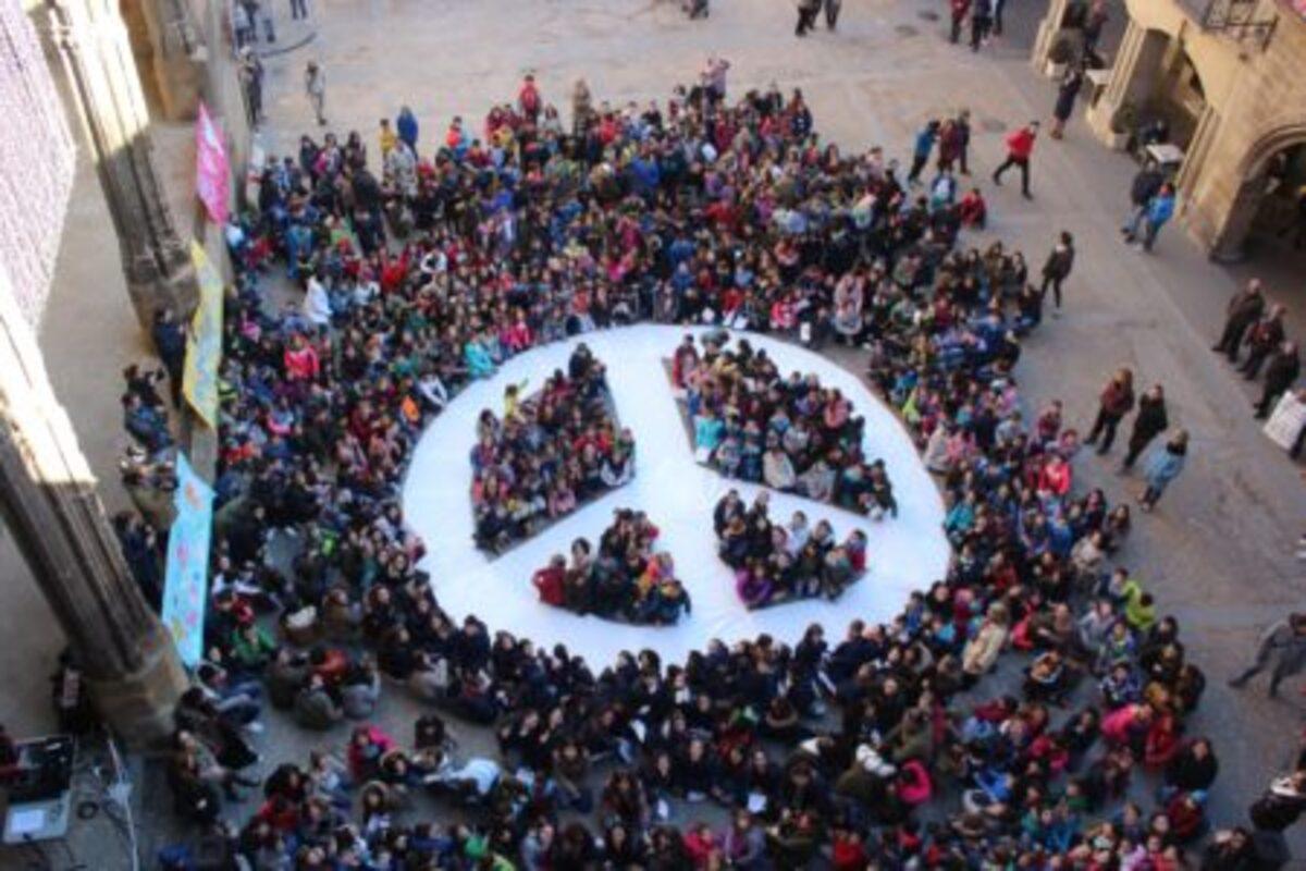 Niños de Alcañiz celebran el día escolar de la Paz