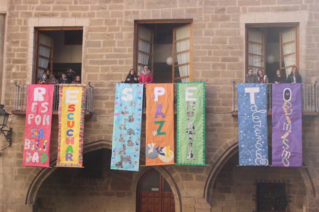 Alcañiz día de la paz escolar niños pancarta respeto