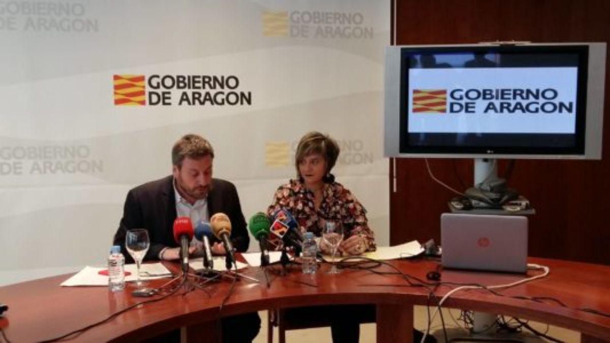 El consejero de Vertebración del Territorio, José Luis Soro, y la directora general de Vivienda, Mayte Andreu
