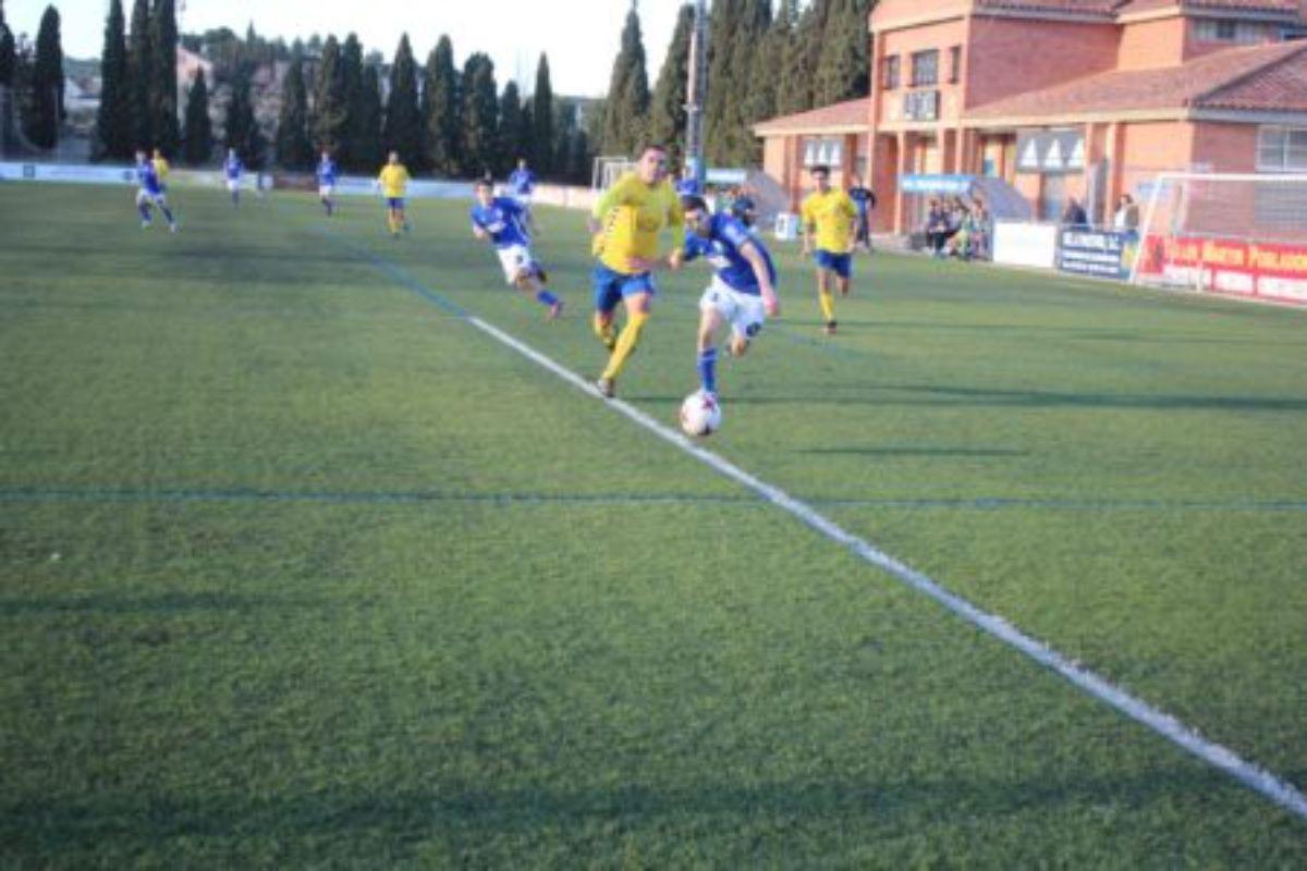 Luis Castilla pelea por un balón ante un defensa del Robres.