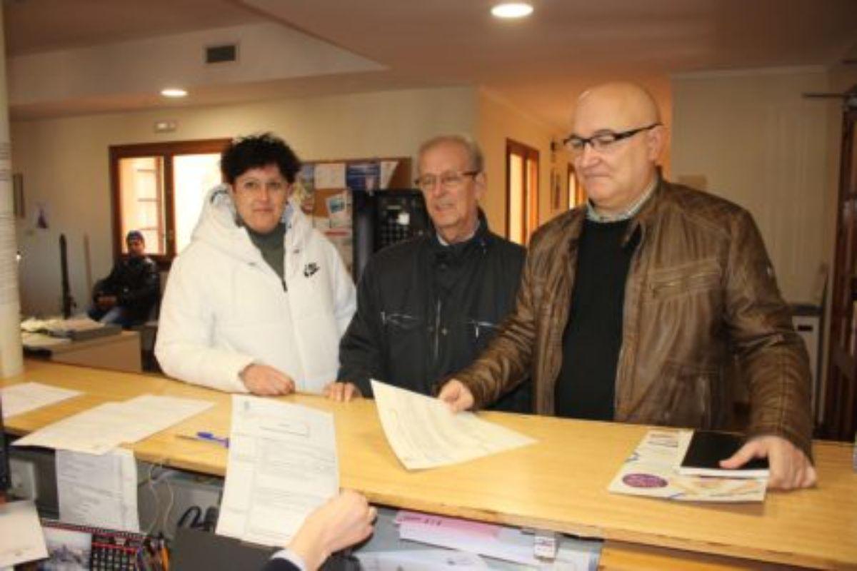 Los concejales del PSOE Isabel Herrera, Manuel Ponz y José María Andreu, en el registro del Ayuntamiento