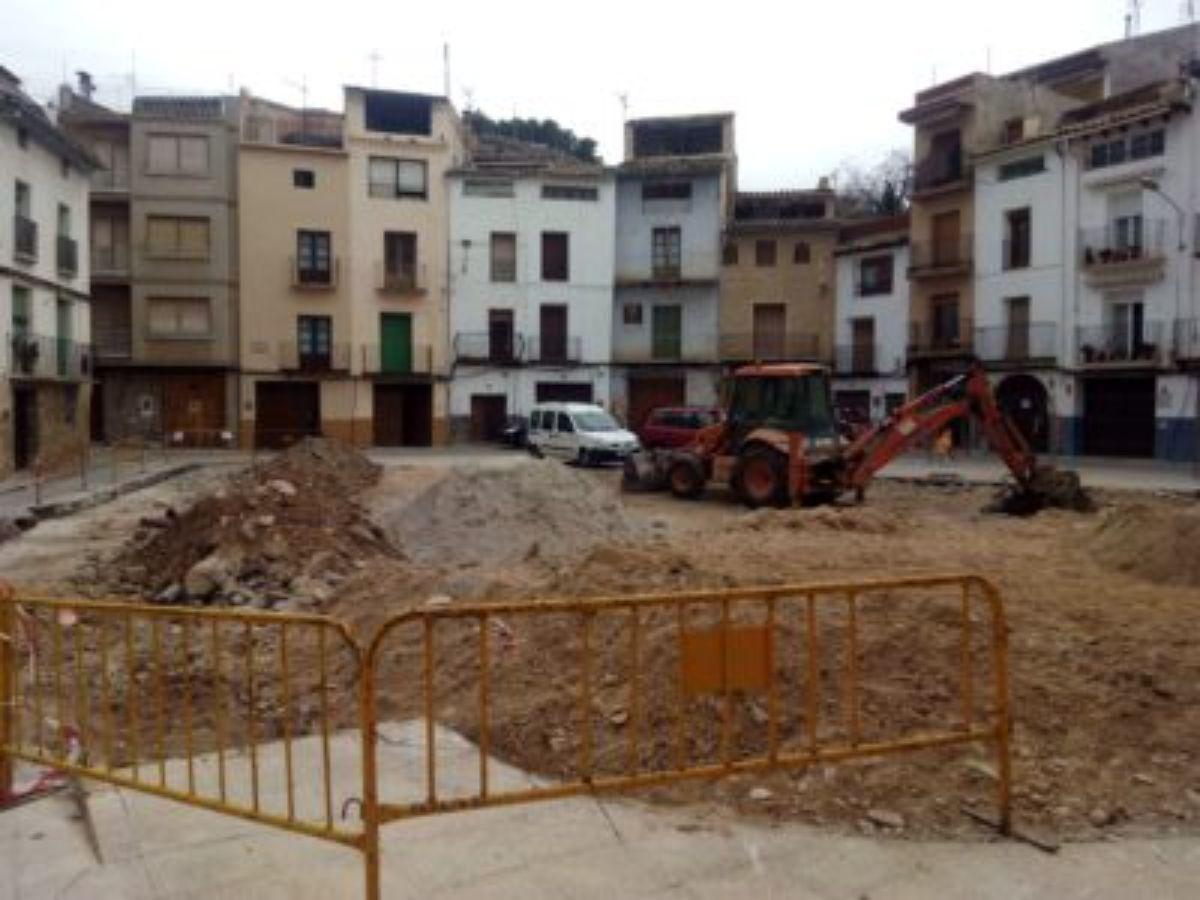 la plaza del convento de Albalate en obras