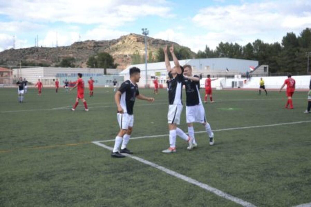 Martin Jairo y Bogdan celebran el primer gol del Alcaniz