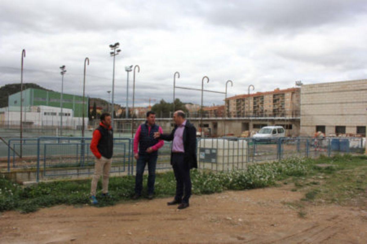 El director del SMD, Carlos Herráez; el concejal de Deportes, Eduardo Orrios; y el alcalde, Juan Carlos Gracia Suso; hace unos meses en una visita a los terrenos en los que se construirá la piscina de competición en el polideportivo