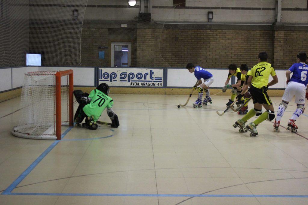 un jugador del translop alcaniz club patin dispara en el partido contra el raspeig