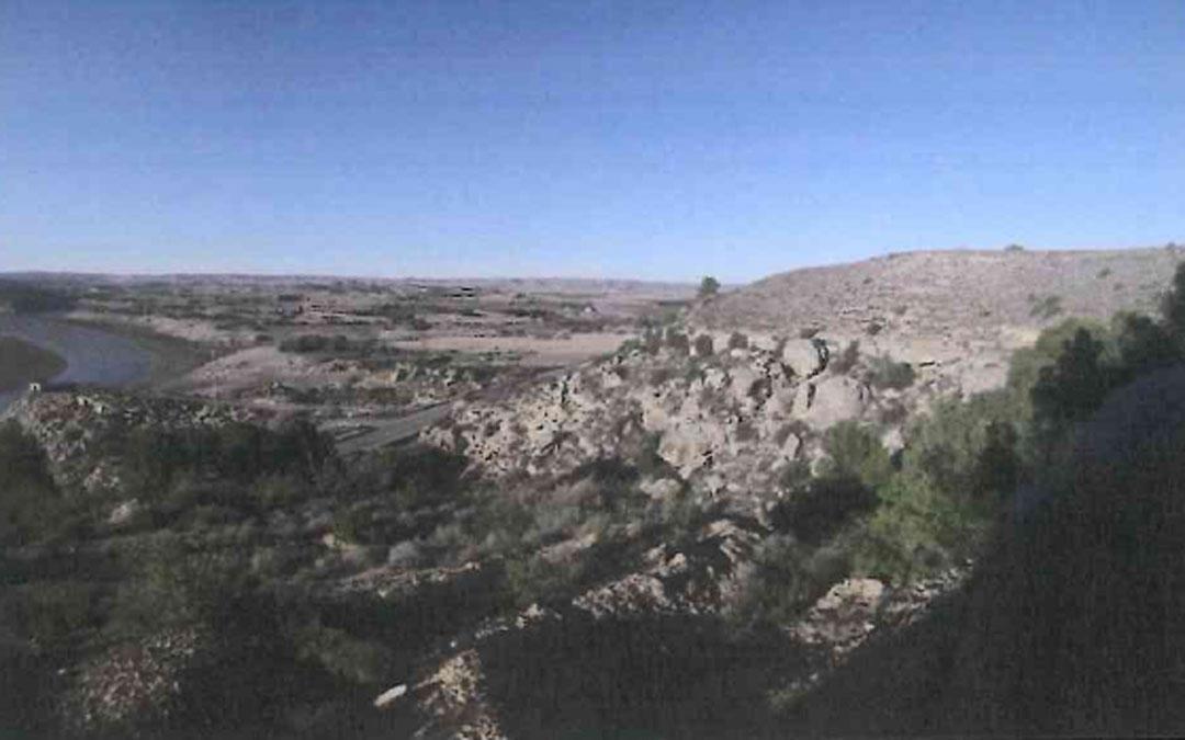 Fotografía tomada por Feher en la que se ve la carretera y el pantano al fondo.