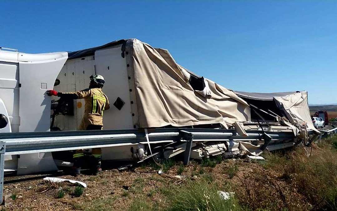 Imagen de archivo de un accidente en la N-232. El tráiler quedó volcado en uno de los andenes de la N-232. / DPZ