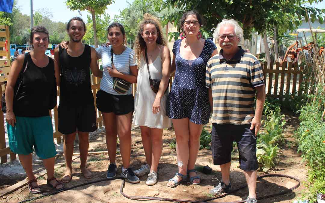Espana, junto con los monitores del huerto ecologico del campin La Estanca de Alcaniz