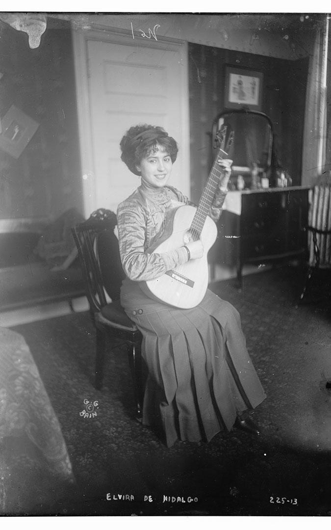Elvira de Hidalgo joven momento mayor esplendor guitarra
