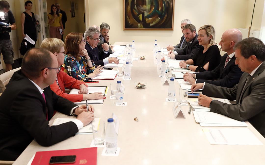 Foto de archivo de una reunión en julio entre representantes del Estado y del Gobierno de Aragón para aprobar los proyectos del Fondo de 2018