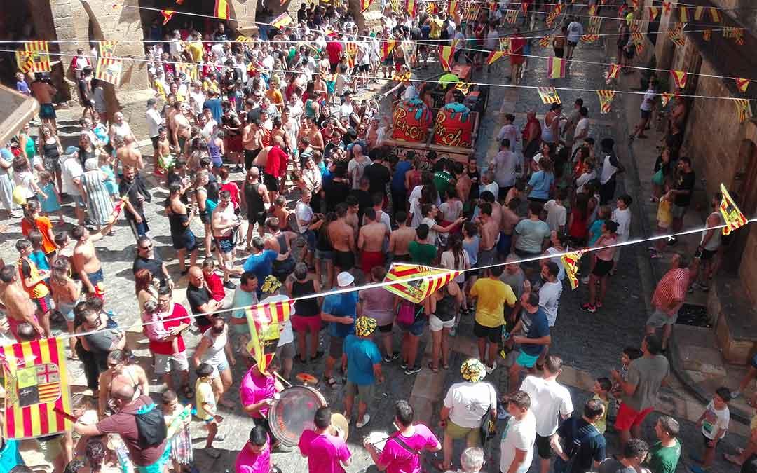 Peñistas bailando con la charanga y acompañando a los remolques durante el chupinazo en Calaceite