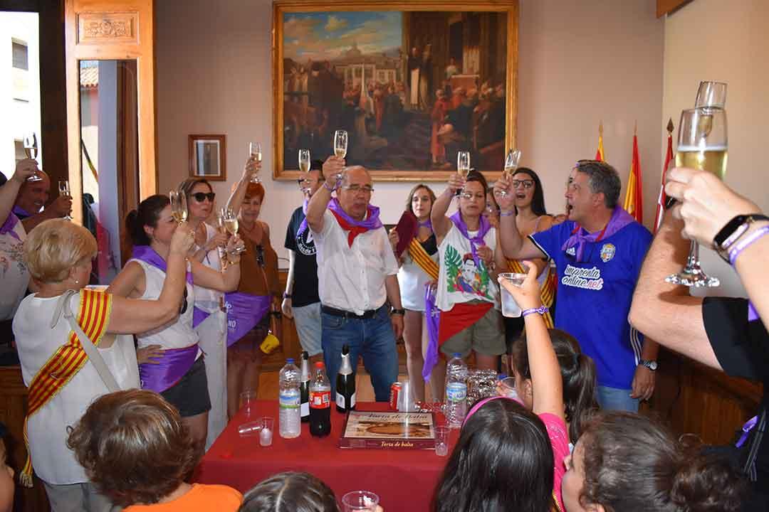 Alcalde de Caspe brindando