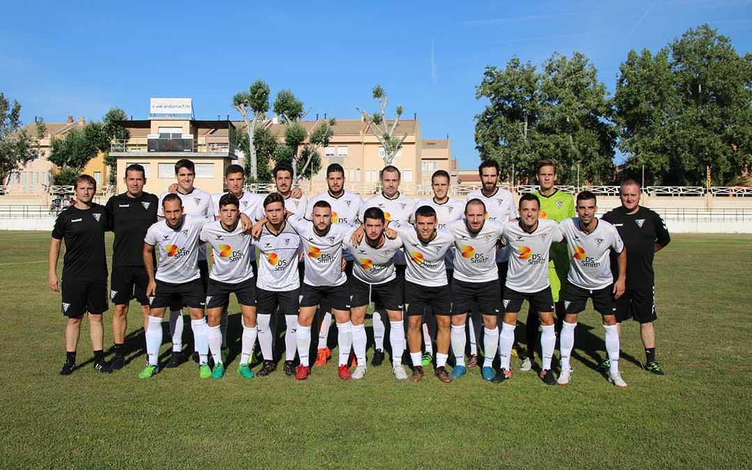 Foto de familia de jugadores y cuerpo tecnico del Andorra para la temporada 2018 2019