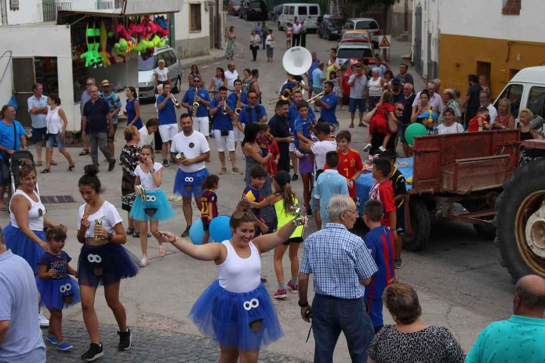 Gente disfrutando del desfile de carrozas
