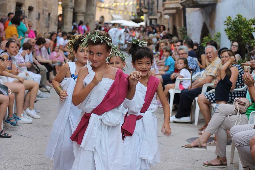 Desfile de disfraces en La Fresneda