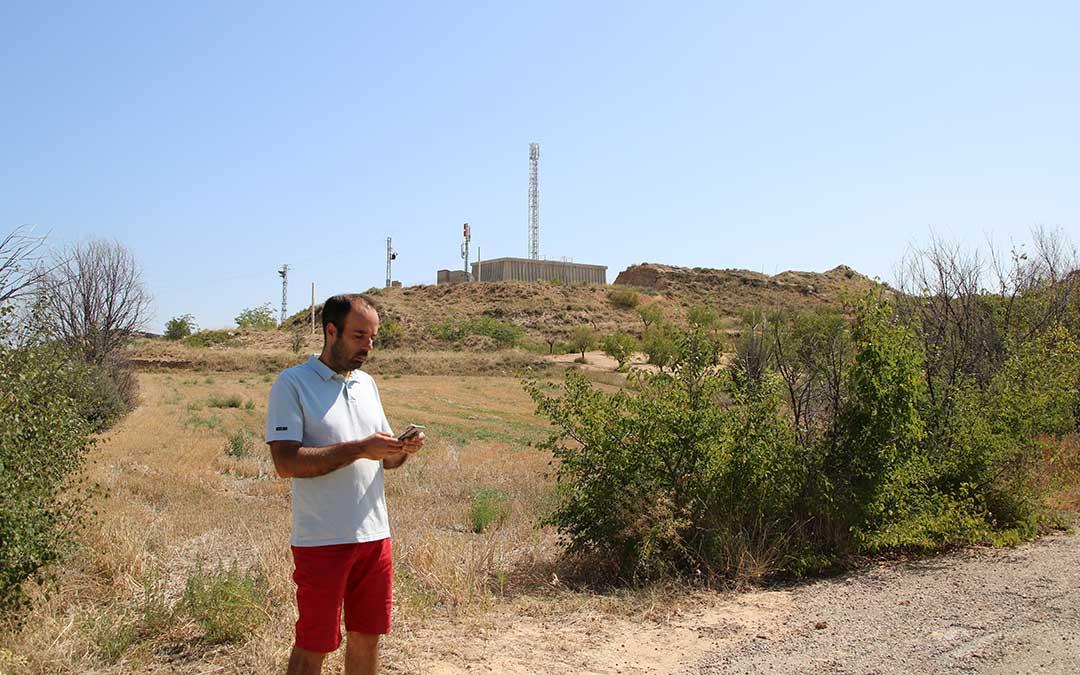 Javier Garcia, alcalde de Castelseras, junto a la nueva torre de telecomunicaciones