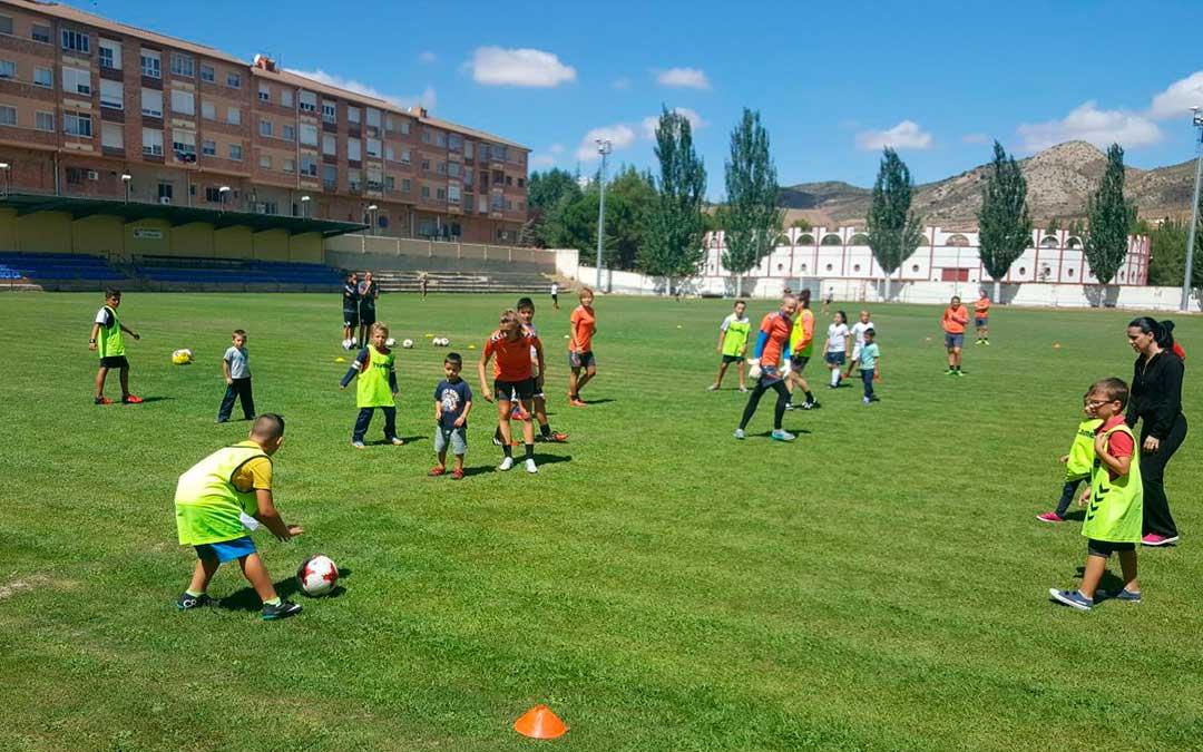 Los jovenes disfrutaron durante el clinic de futbol el verano pasado