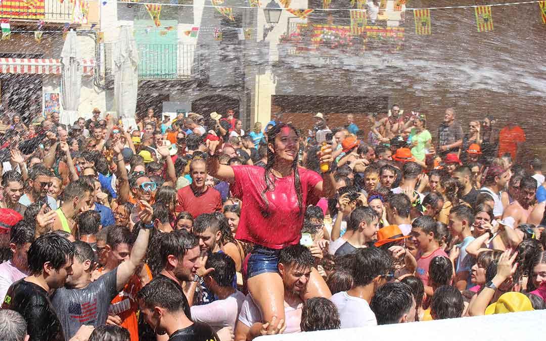 Una joven disfruta de la fiesta a hombros