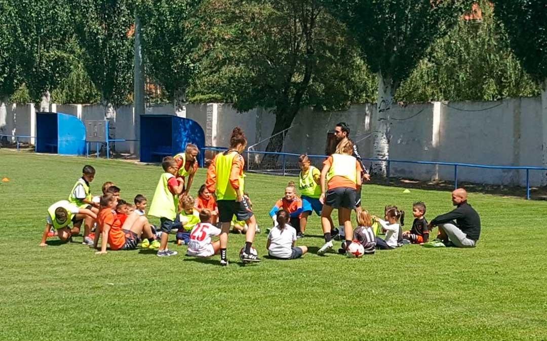 Varias futbolistas del Zaragoza CFF, durante la primera jornada de clinic en Utrillas