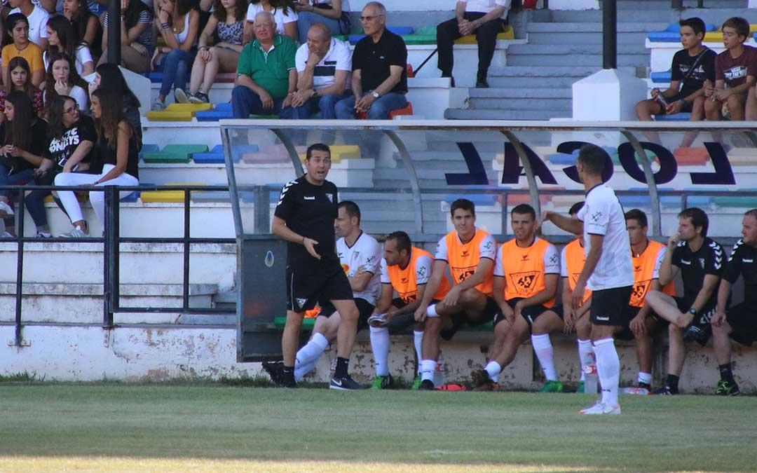 Yvo Serrano dirigio su primer partido en el Endeiza