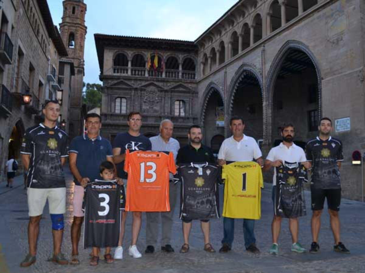La nueva camiseta del Alcañiz C.F. fue presentada ayer en la Plaza de España