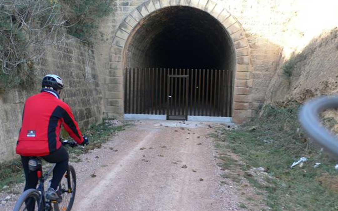 Los ciclistas no pueden pasar al llegar al túnel del equinoccio de Valdealgorfa