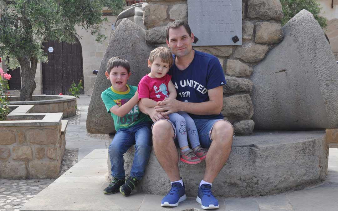 Cristian, en el comienzo del verano, junto a sus dos hijos Daniel y Marina de 6 y 3 años en Calaceite. / J. De Luna