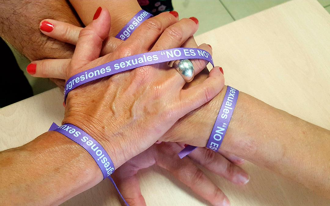 Imagen de las pulseras contra la violencia machista, que se han estado llevando durante este mes de agosto.