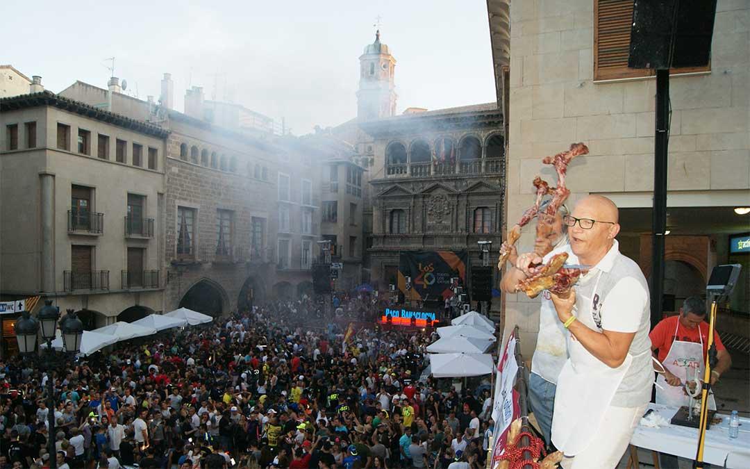 Los cortadores de jamón volvieron a realizar su espectáculo bailando con las patas de jamón ante toda la plaza España. El baile más coreado, al son de «Soy de Teruel» del grupo local Azero.