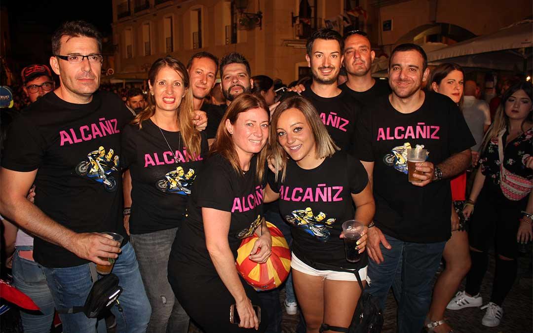 Cada vez son más los grupos de moteros que se confeccionan camisetas conmemorativas de su visita a Alcañiz como este grupo valenciano.