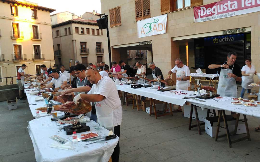 Más de medio centenar de voluntarios trabajaron el sábado por la tarde como voluntarios en el reparto de los productos de 'Degusta Teruel'. Además, hubo 19 cortadores.