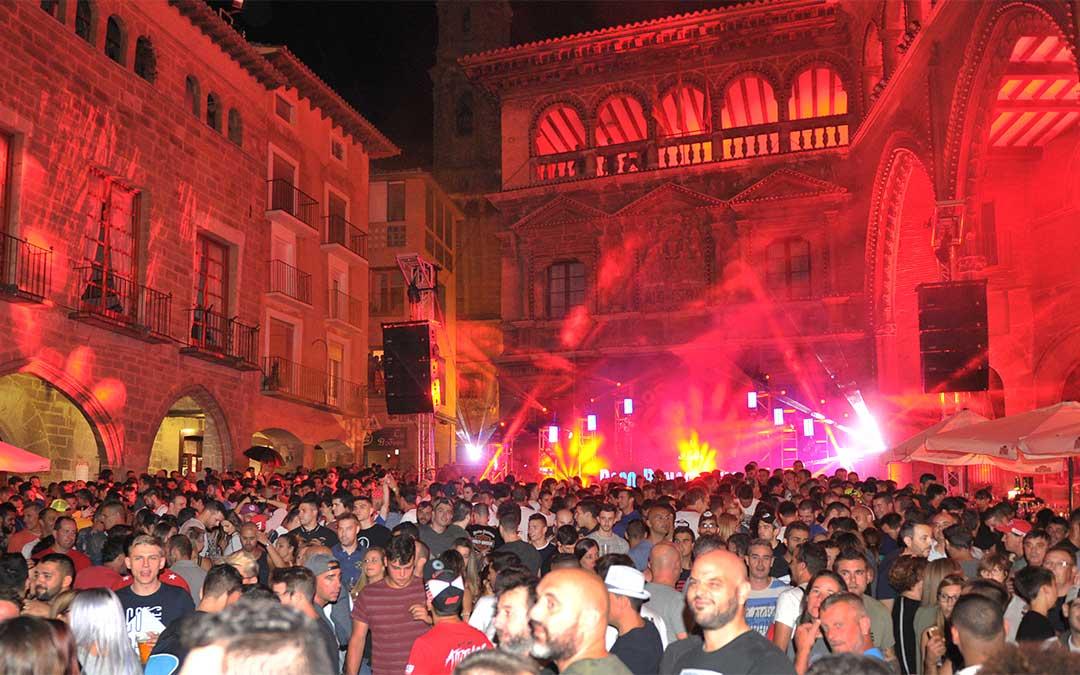 La iluminación dio un toque festivo al marco incomparable de la plaza España, convertida el viernes y el sábado en una gran discoteca urbana.