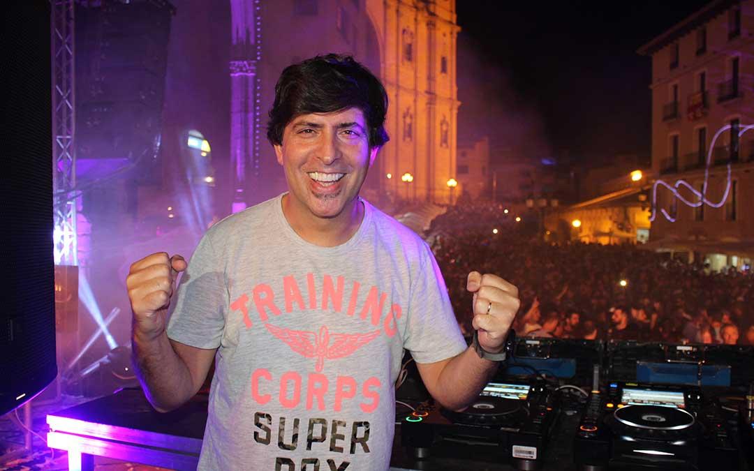 El dj y presentador de Los 40 Dani Moreno fue la estrella del cartel de pinchadiscos de la plaza España.