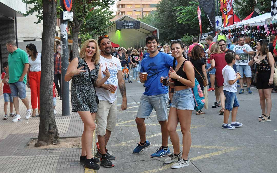 La avenida Aragón contó este año con un muy buen ambiente, que combinaba los stands de merchandising y las zonas de fiesta, una de ellas con carpa.