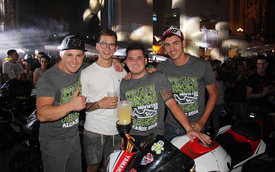 Un grupo de amigos pasándoselo en grande el sábado por la noche en la plaza España luciendo las camisetas oficiales del GP de Aragón.