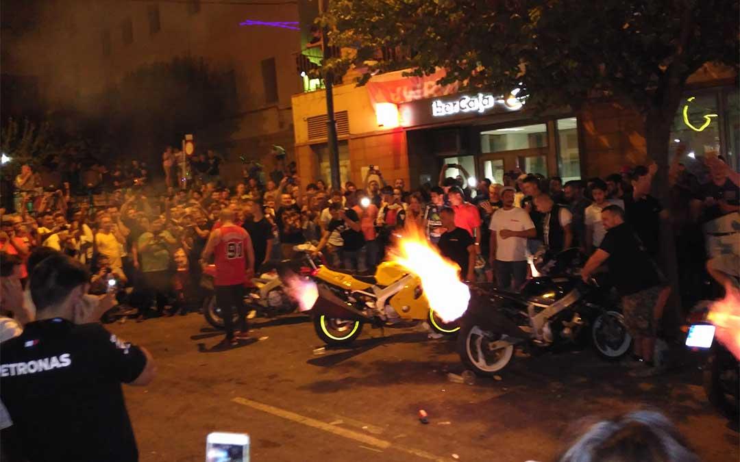 Un grupo de moteros quemando rueda el sábado por la noche en la avenida Aragón.