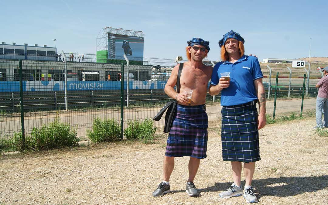 Dos amigos escoceses que acudieron a ver las carreras bien identificados a la Grada 1.