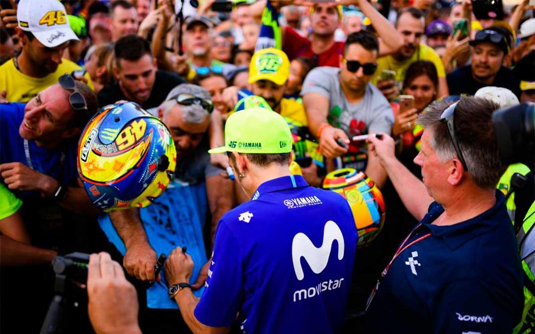 Rossi en Motorland firmando autógrafos