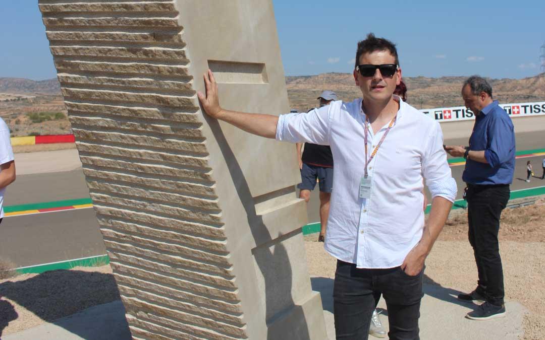 José Miguel Abril, el viernes, junto a su escultura después de la inauguración
